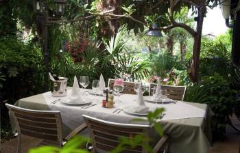 Mali obiteljski hotel okružen zelenilom savršen je za godišnji odmor u Novigradu