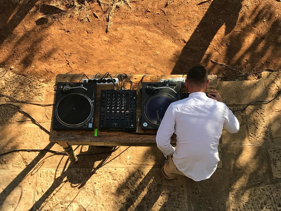 Wedding DJ Pula Grooves and colors