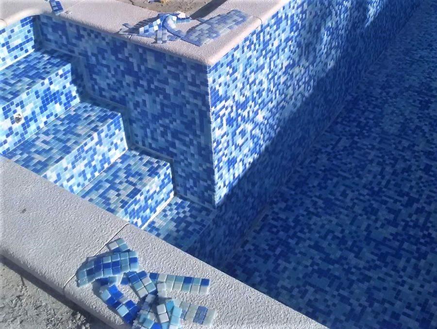Postavljanje mozaik plocica u bazen