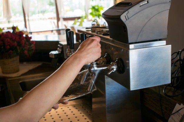 Konobar u caffe baru (m/ž)